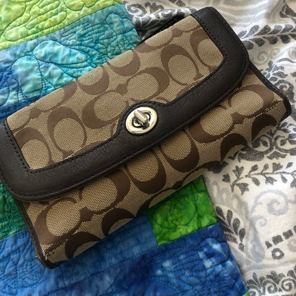 Coach turn lock wallet -*authentic*